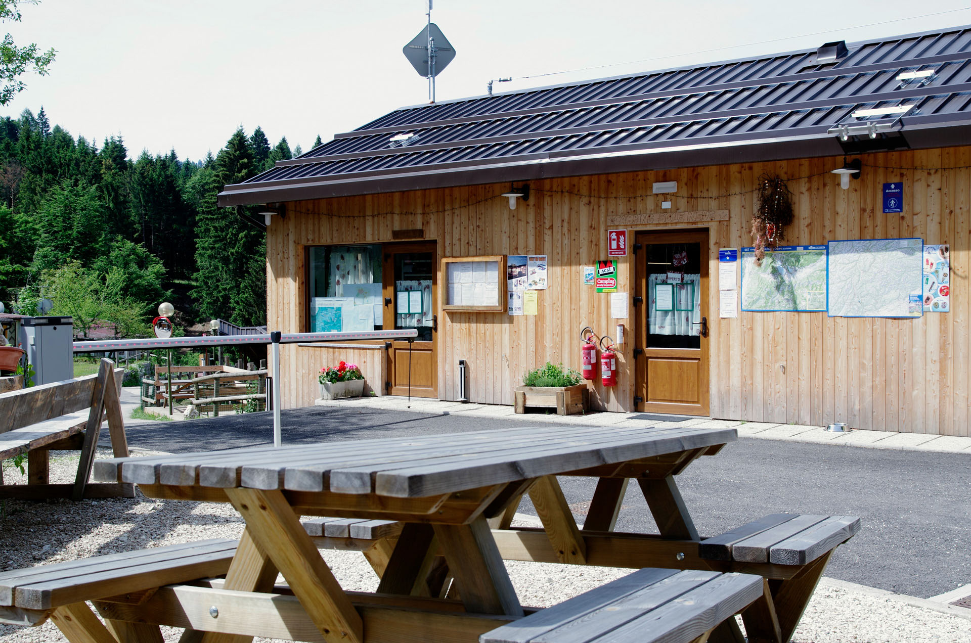 entrata-reception-camping-sole-neve-del-trentino-vacanze-in-famiglia